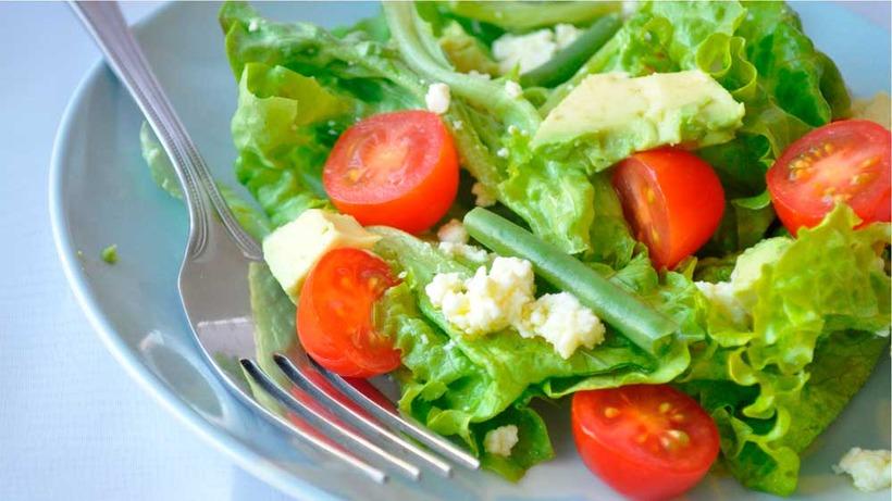 σαλάτα με ντομάτα και μαρούλι